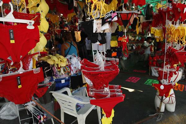 Tradiciones de año nuevo en México más populares ¿Cuál harás? - calzones-rojos-y-amarillos-ano-nuevo