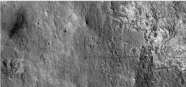 huellas de curiosity en marte NASA revela fotografía de las huellas del recorrido de Curiosity en Marte