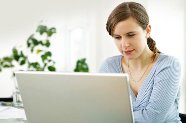 79% de las mujeres internautas compran o venden a través de Internet - woman-on-computer