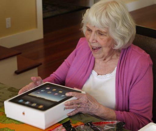 Tabletas son lo más deseado por las mamás para el próximo 10 de mayo - Mom+with+ipad1