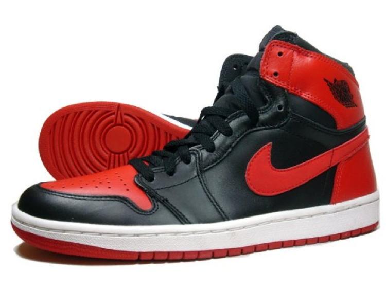 Zapatos deportivos que han sido prohibidos en el deporte - Air-Jordan-1-Black-Varsity-Red-White-Shoes