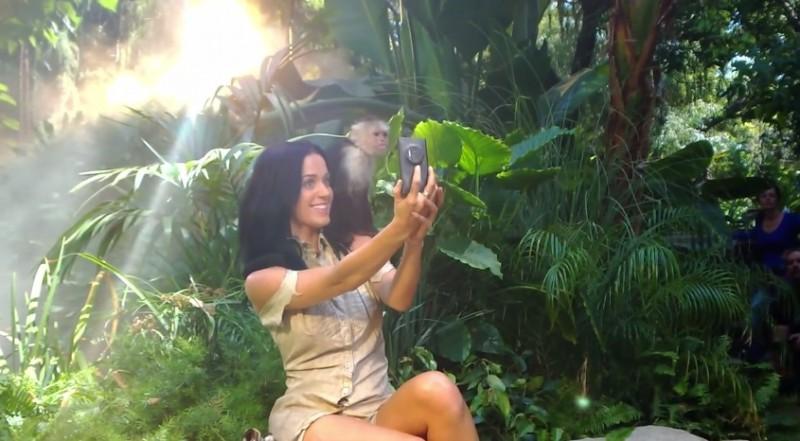 Katy Parry Roar 800x441 Katy Perry usa un Nokia Lumia 1020 y sobrevive a un accidente aéreo en su nuevo video