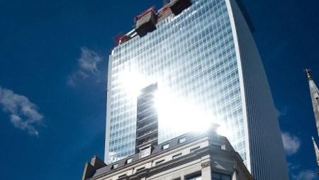 Reflejo del sol en edificio derrite un automóvil Jaguar