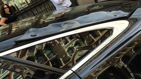 Reflejo del sol en edificio derrite un automóvil Jaguar - jaguar-derretido