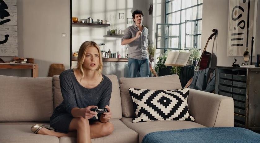 Comercial Xbox One Comercial de Xbox One muestra el poder su reconocimiento de voz y el de las relaciones de pareja