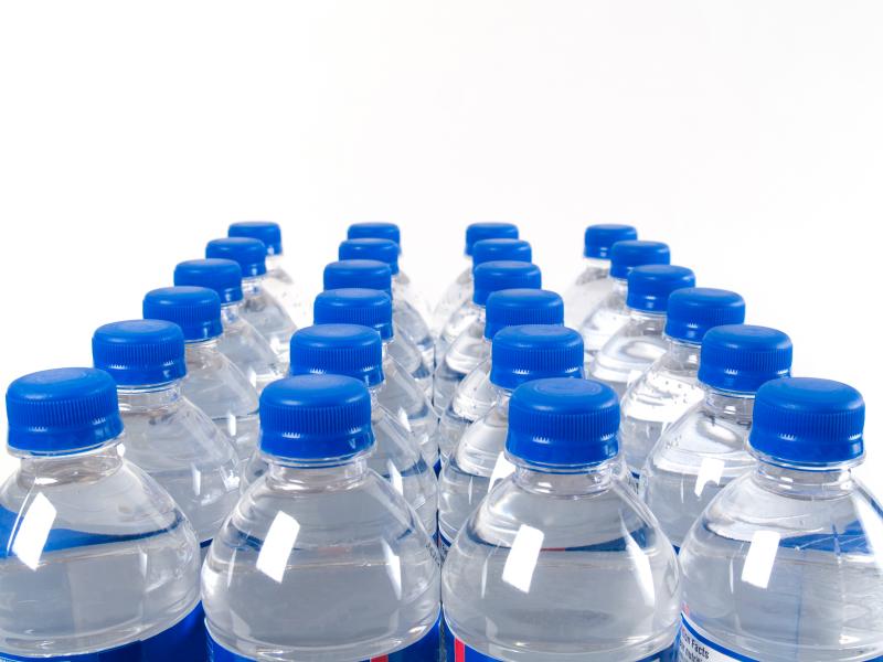 Beber agua embotellada podría ser riesgoso para la salud - agua-ebotellada