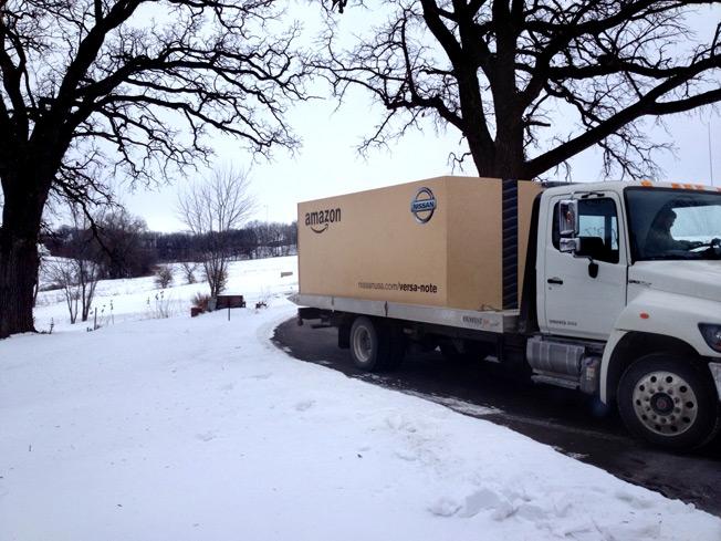 Nissan vende un auto en Amazon y lo entrega en una caja gigante de cartón - Nissan-amazon-auto-internet