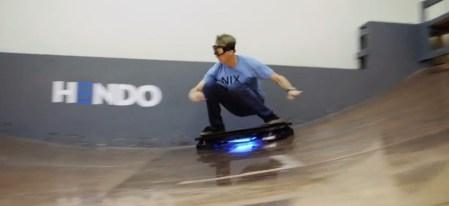 Tony Hawk usando patineta voladora tipo volver al futuro [Video]