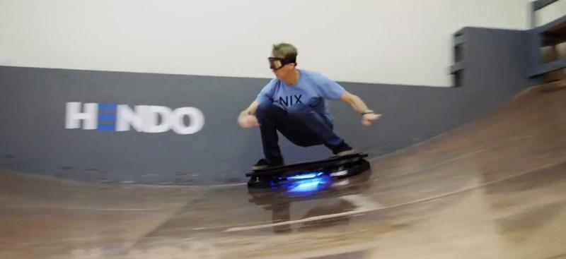 Tony Hawk usando patineta voladora tipo volver al futuro [Video] - patineta-voladora