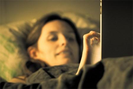 Leer libros en tabletas antes de dormir quita el sueño