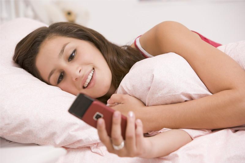 Estudio afirma que dormir con el celular puede ocasionar insomnio - dormir-con-el-celular