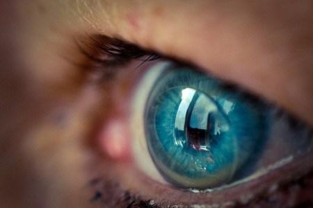 Desarrollan lentes de contacto que hacen zoom con un guiño