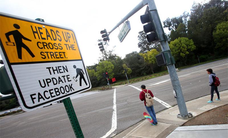 """Curioso letrero en EE.UU: """"Cruza la calle y luego actualizas Facebook"""" - letrero-cruza-la-calle"""