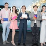 Conoce los productos ASUS en Computex 2015 - ASUS-Chairman-Jonney-Shih-and-CEO-Jerry-Chen-demonstrate-the-fashion-inspired-design-of-the-ZenPad-series-on-stage