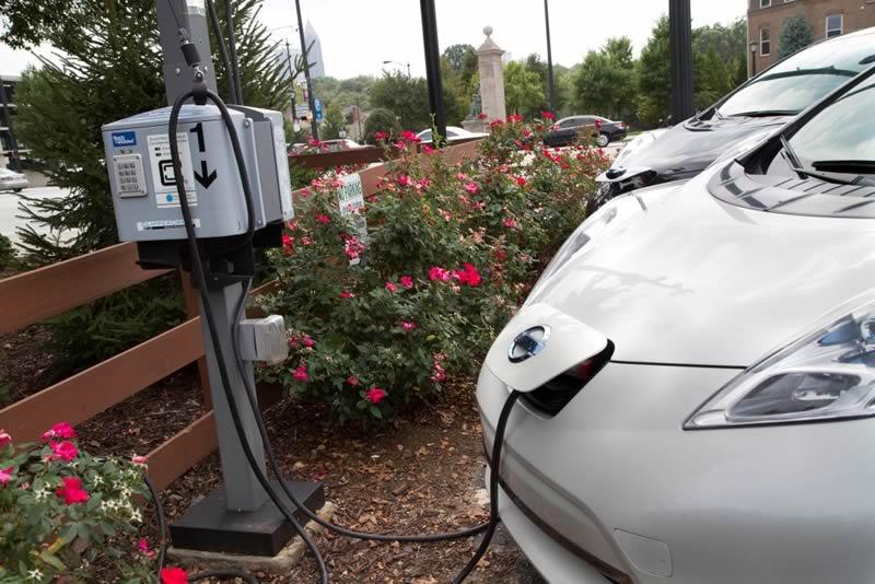 Desarrollan autopistas que recargan autos eléctricos en movimiento - Nissan-Leaf-electrico