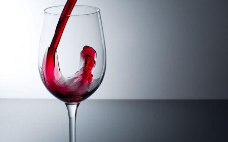 Una copa de vino sería igual de saludable que hacer una hora de ejercicio.