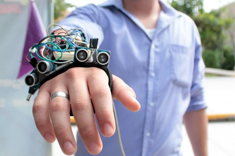 Estudiantes diseñan prototipo de guante ultrasónico para débiles visuales - guante-ultrasonico-para-debiles-visuales