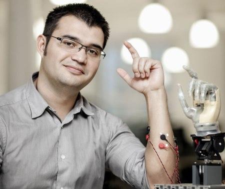 Mexicano diseña primera prótesis con conexión directa a hueso, nervios y músculos