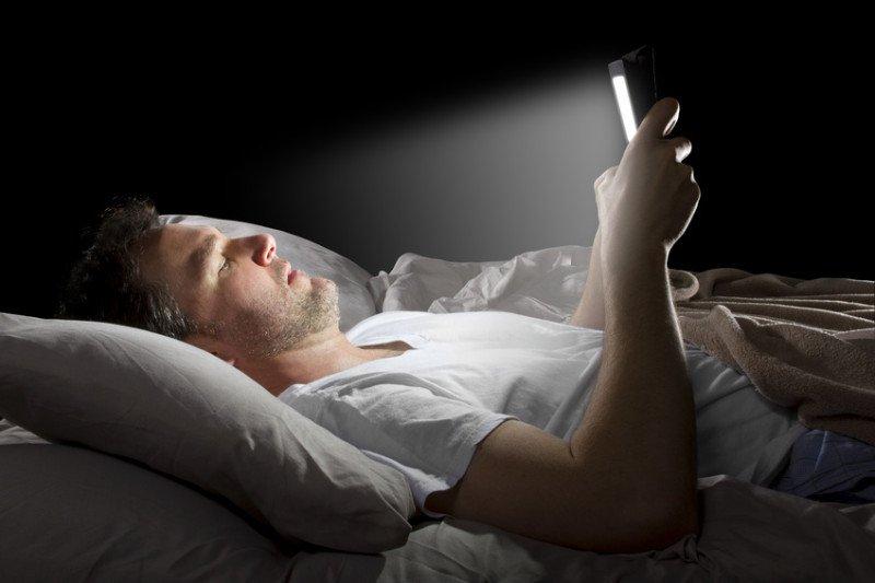 Crean lentes que evitan que tu teléfono te quite el sueño antes de ir a dormir - telefono-antes-de-dormir-800x533