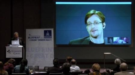 Petición del FBI a Apple es innecesaria: Snowden