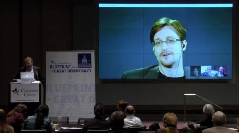 Petición del FBI a Apple es innecesaria: Snowden - snowden-apple-800x447