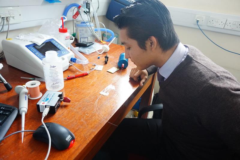 Estudiante diseña venda inteligente para monitorear heridas - david-gomez-calderon-venda-inteligente