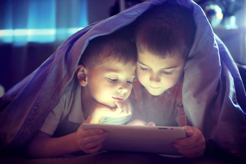 Uso excesivo de gadgets en niños, el causante de los trastornos del sueño - uso-gadgets-ninos