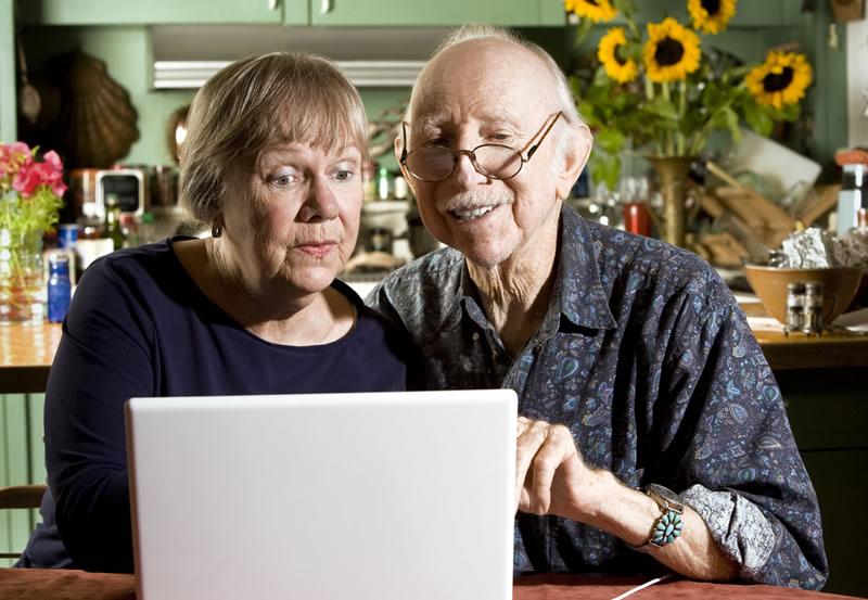 Los hábitos de personas de más de 55 años cuando están en línea y por qué son preocupantes - habitos-personas-mayores-internet