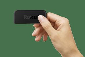 Roku anuncia una línea de reproductores de streaming desde $849 pesos - roku-express-in-hand