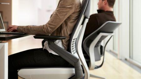 Cómo cuidar tu postura al usar dispositivos tecnológicos en el trabajo