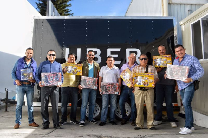 ubejuguetron1 800x532 Uber en alianza con Juguetron entregan más de 9 mil juguetes a socios conductores