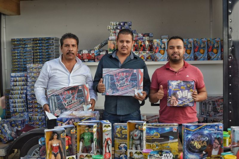 uberjuguetron2 800x532 Uber en alianza con Juguetron entregan más de 9 mil juguetes a socios conductores