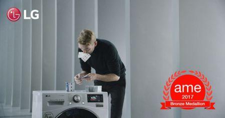Gana prestigioso premio la creación de un castillo de Naipes en una lavadora en funcionamiento