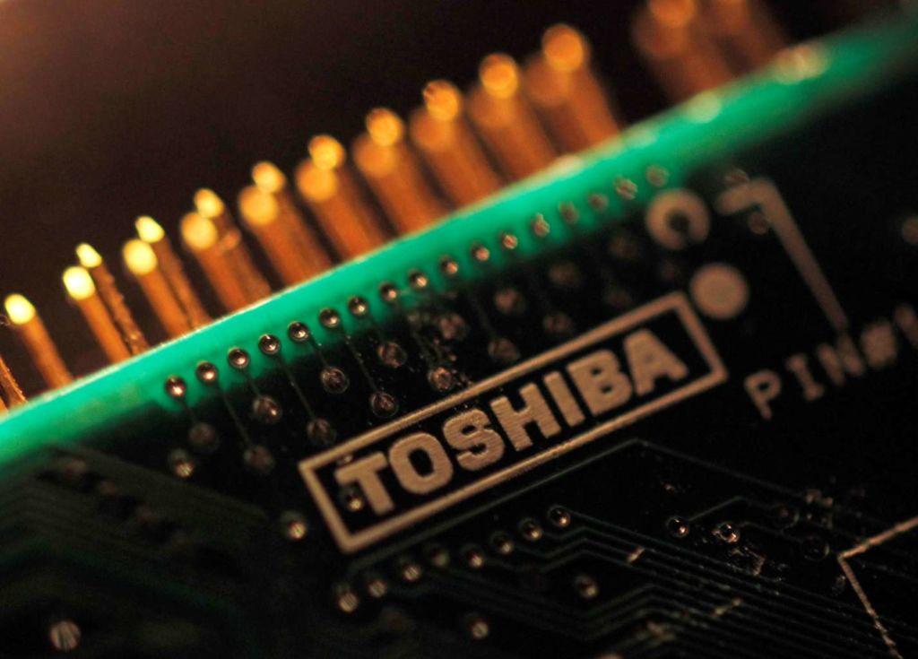 Apple y Amazon apuestan por el negocio de memorias de Toshiba, financiando a Foxconn - toshiba_chip