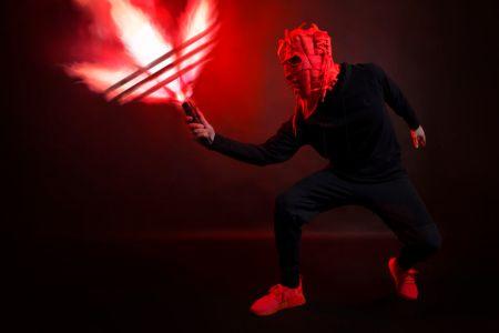 Adidas presenta una innovadora exposición de máscaras hechas con sneakers