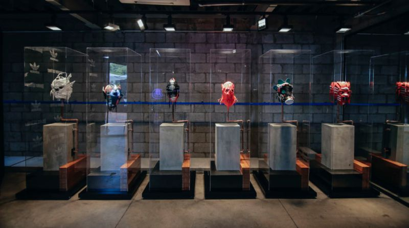 Adidas presenta una innovadora exposición de máscaras hechas con sneakers - adidas-originals-800x446