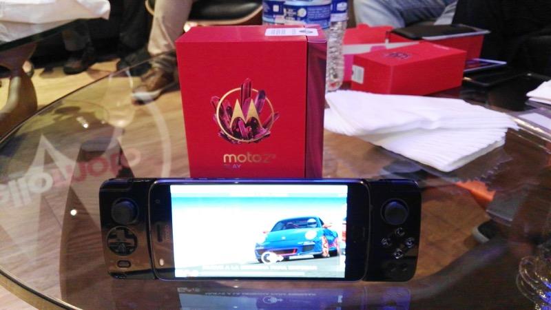 Moto Z2 Play y los nuevos Moto Mods llegan a AT&T - moto-gamepad_5-800x450