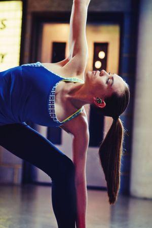 Jabra presenta sus nuevos auriculares deportivos 100% inalámbricos - elite-sport-female-yoga-mq-300x450