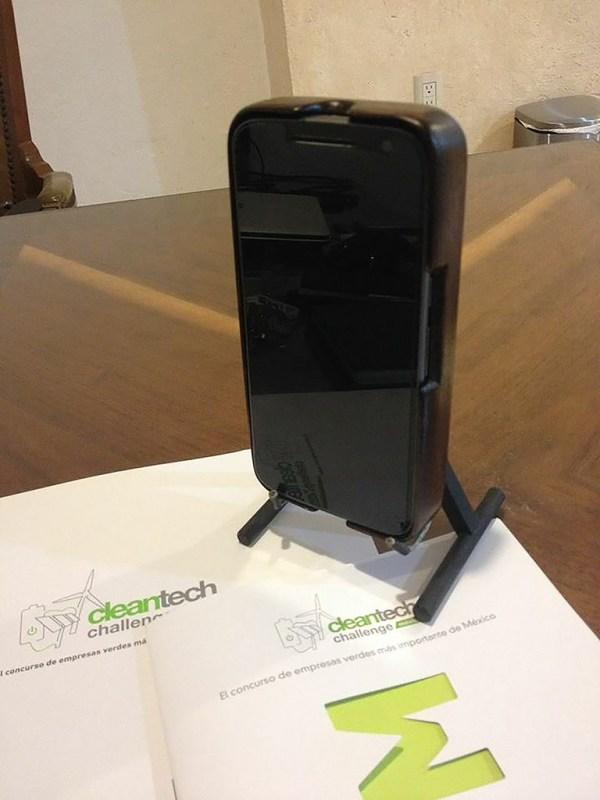 Crean emprendedores mexicanos carcasa que usa movimiento de tu cuerpo para cargar la batería del celular - emprendedores-mexicanos-carcasa-que-usa-movimiento-de-tu-cuerpo-600x800