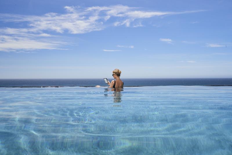 Nuevo Kindle Oasis: con una pantalla de 7 pulgadas y resistente al agua - kindle-oasis-pool-800x533