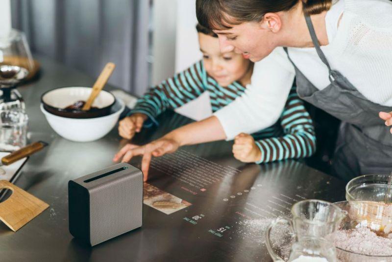 Xperia Touch, proyector que convierte cualquier superficie en una pantalla táctil - 01_xperia_touch_kitchen-800x534