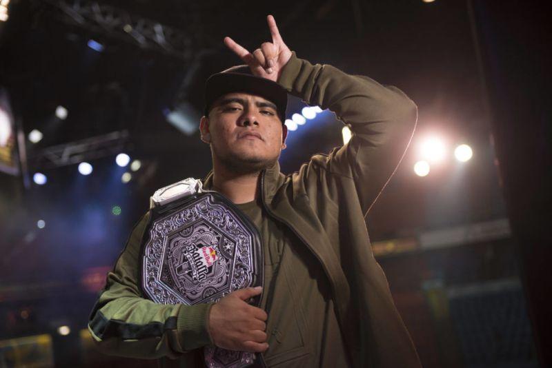 Aczino se corona campeón de la Final Internacional de Red Bull Batalla de los Gallos - aczino_red-bull-batalla-de-los-gallos_1-800x534