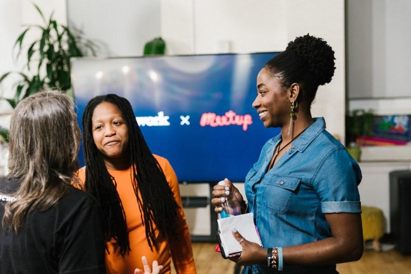 WeWork adquiere Meetup, compañía dedicada a reunir físicamente a personas con intereses similares - wework-meetup_1-800x534