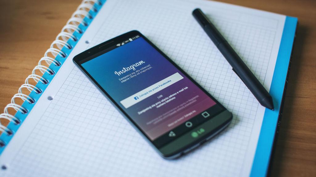 instagram on phone Instagram podría añadir la función de llamadas y videollamadas en sus aplicaciones