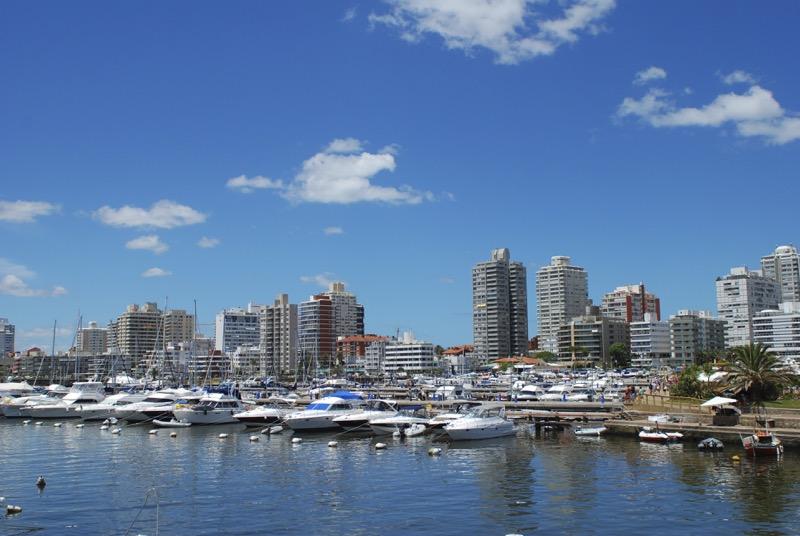 Booking.com revela los meses más baratos para conocer Latino América - punta-del-este-uruguay-800x536
