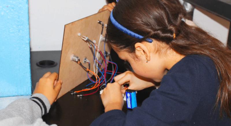Cursos de verano enfocados en ciencia y tecnología ayudan en la formación de la niñez - robotix-verano-6-800x438