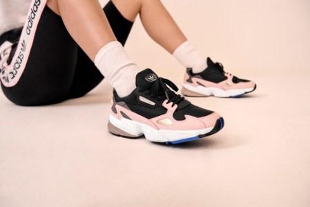 adidas presenta el segundo drop de Falcon de la mano de Kylie Jenner - adidas_originals_fw18_falcon_b28126_look_04_on_foot_0109_04