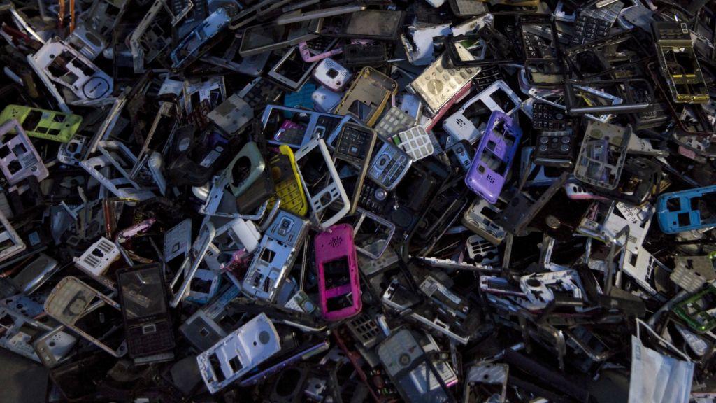 La Unión Europea evalúa ordenar la estandarización de cargadores para teléfonos móviles - electronic-waste