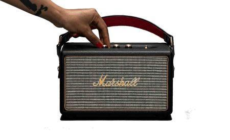 Marshall anuncia precios especiales en México de sus bocinas Woburn y Kilburn - marshall_kilburn_black_hero_hand_1_1800-450x275