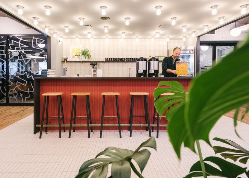 WeWork consigue eliminar plásticos de uso único en sus edificios de LATAM - wework-eliminar-plasticos-kitchens-800x572